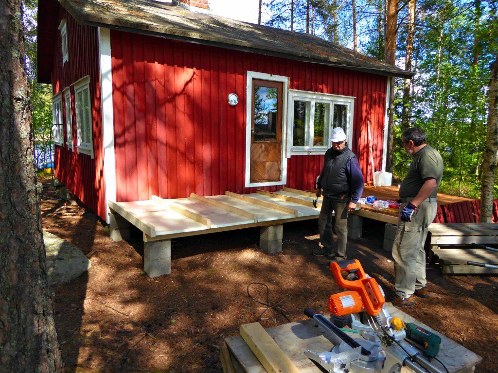 Die Terrasse steht, der Boden für den neuen Eingang ist in Entstehung
